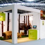 ISER Energías Renovables presenta su oferta de servicios para gestión energética eficiente en un stand de mobiliario ecológico en Los Ángeles