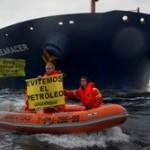 Activistar de GREENPEACE muestran que otro Prestige es posible en Bilbao ante un petrolero