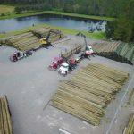 Florida Power & Light Company envía postes del tendido eléctrico para ayudar a Puerto Rico